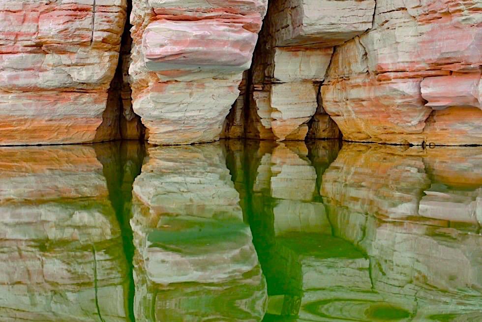Geikie Gorge - Pink weiße & orange schattierte Felsen & Wasserspiegelungen im Fitzroy River - Kimberley - Western Australia