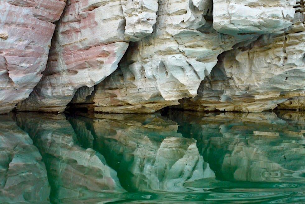 Geikie Gorge Sunset Bootstour - Farben & Formen: Pink-weisse Felsen spiegeln sich im smaragdgrünen Fitzroy River - Kimberley - Western Australia