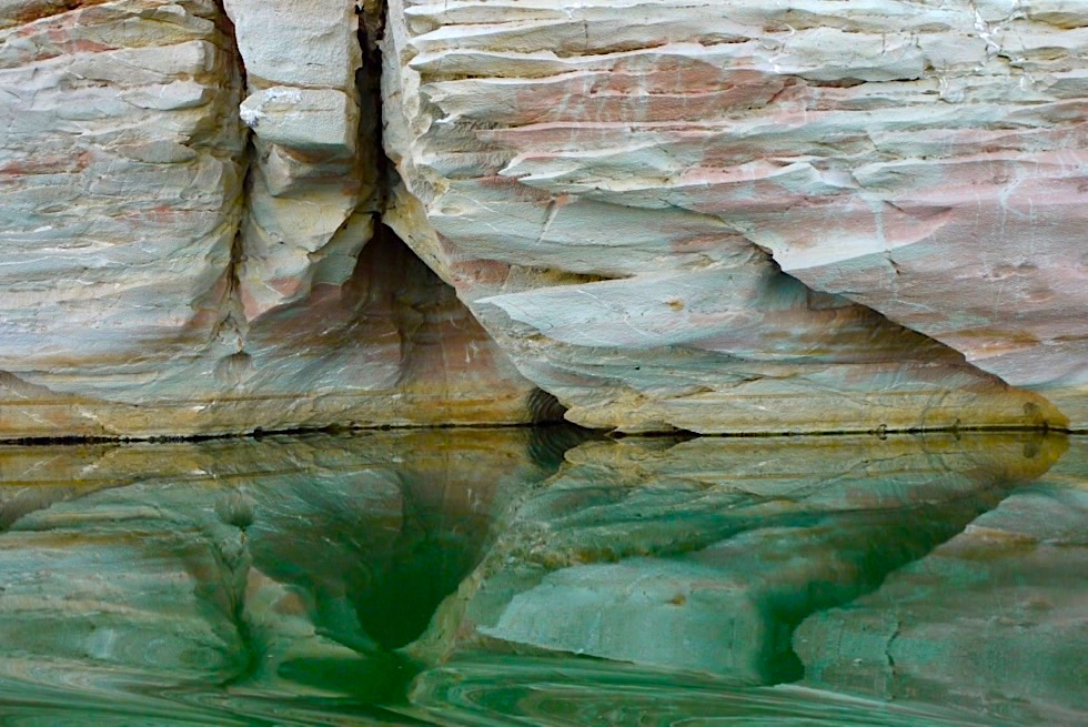 Geikie Gorge Sunset Boot Tour - Pink-weiße Felsen spiegeln sich im smaragdgrünen Fitzroy River - Kimberley - Western Australia