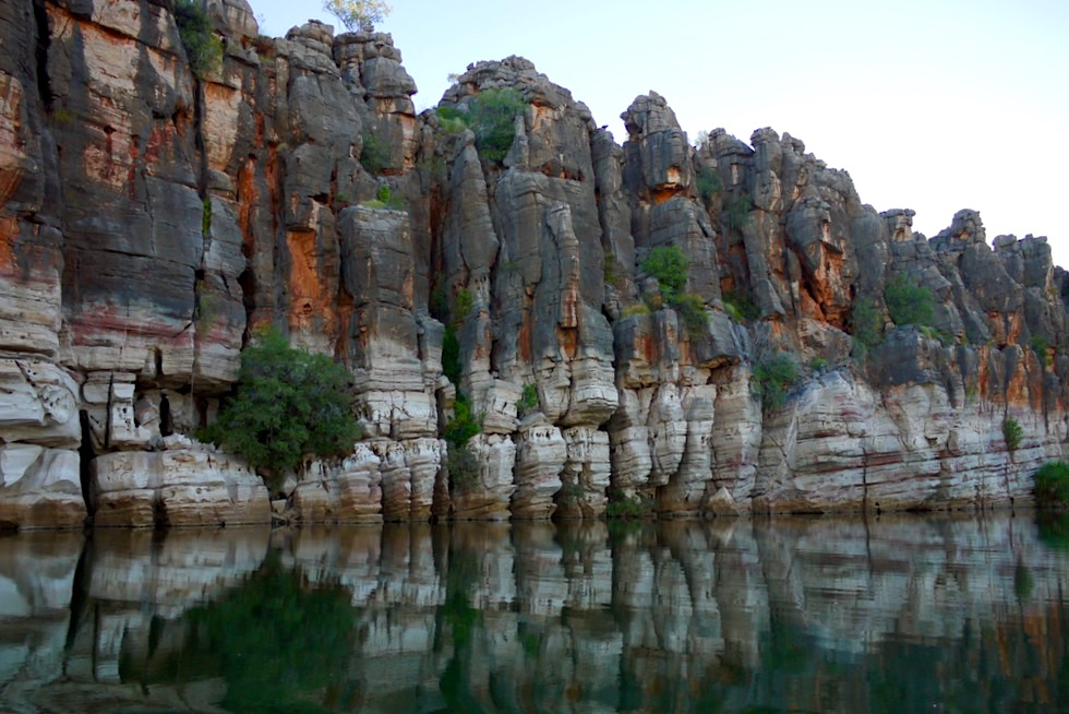 Geikie Gorge Sunset Boat Tour - Riff-Steilwand im Schatten - Fitzroy River - Kimberley - Western Australia