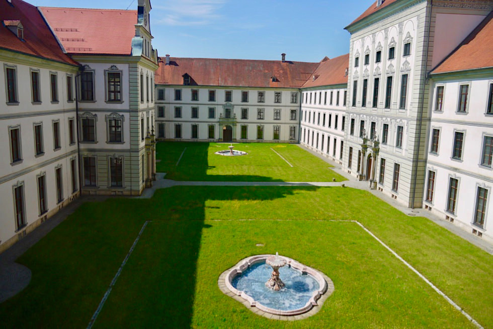 Kloster Ottobeuren - schöner, ruhiger Innenhof mit Brunnen - Allgäu - Bayern
