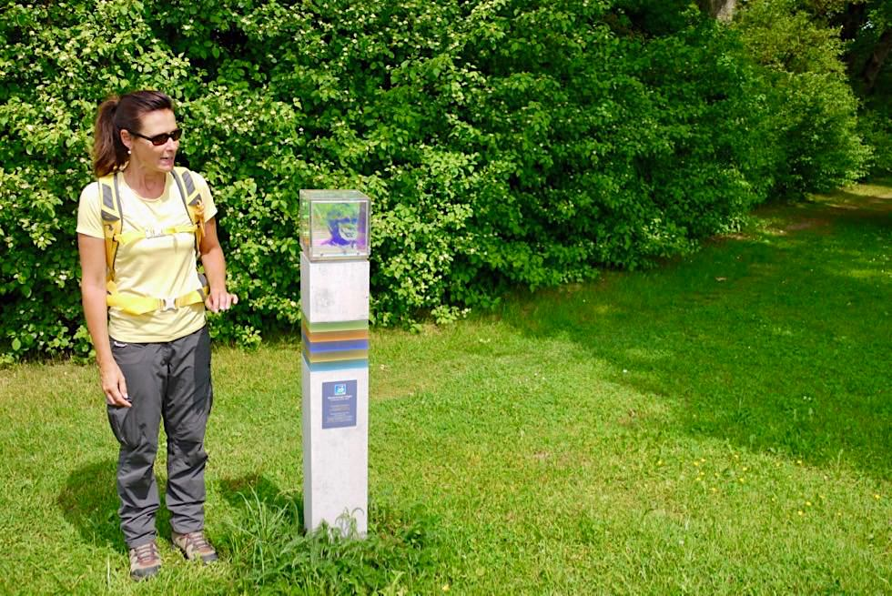 Wiesengänger Etappe 02 - Eingangsstele begrüßt die Wanderer - Wandertrilogie Allgäu - Bayern