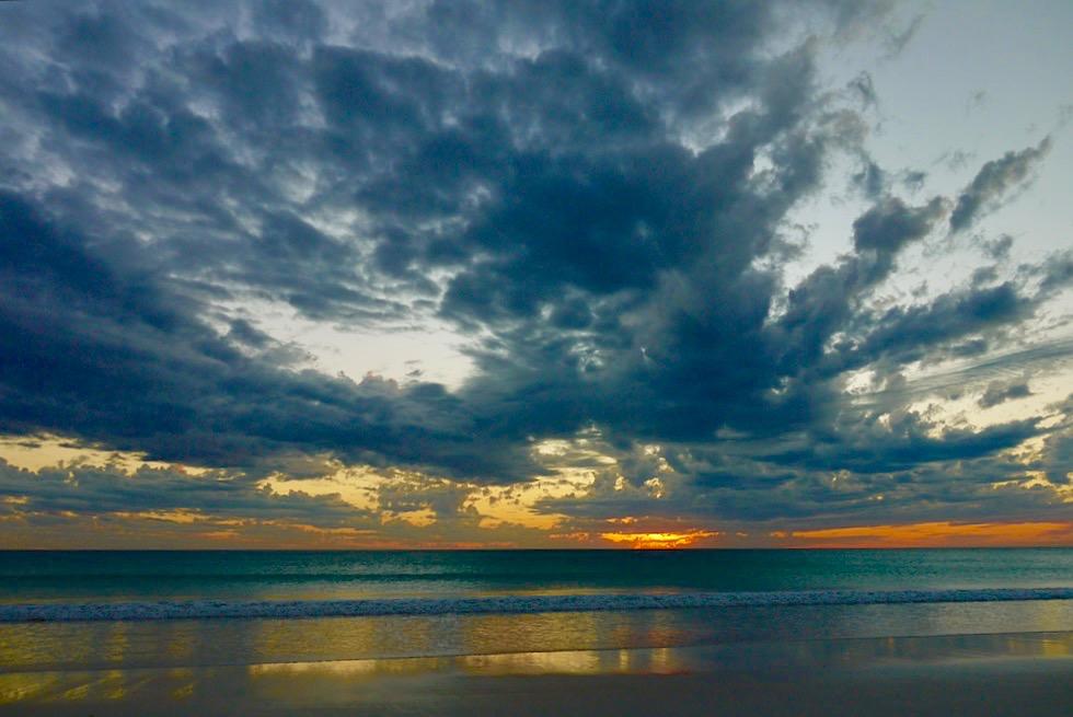 Cable Beach - Faszinierender Sonnenuntergang mit Wolken - Broome, Kimberley - Western Australia