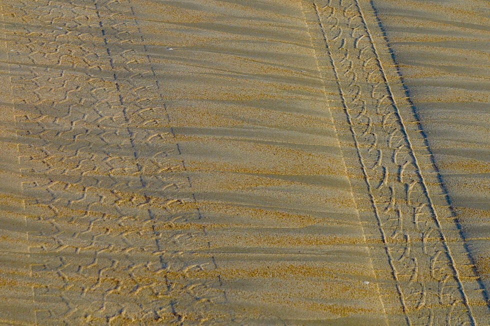 Cable Beach - Statt Dinosaurier Fußabdrücke, Allrad Spuren im Sand - Broome - Kimberley - Western Australia