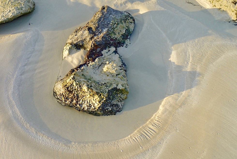 Cable Beach - Steine, Wasserrinnen, Sand - Broome - Western Australia