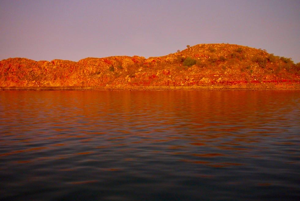 Lake Argyle Cruises - Rotes Glühen der Felsen nach Sonnenuntergang - Kimberley - Western Australia