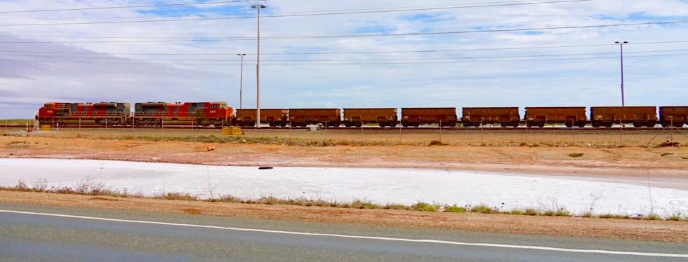 Port Hedland - Eisenerz-Züge mit mehreren Kilometern Länge - Pilbara - Western Australia