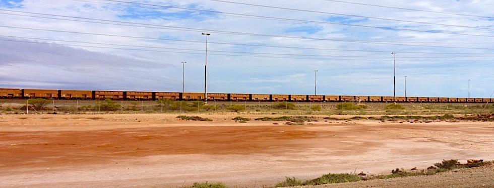 Port Hedland - 3 bis 7 km lange Eisenerz-Züge warten auf Entladung - Pilbara - Western Australia