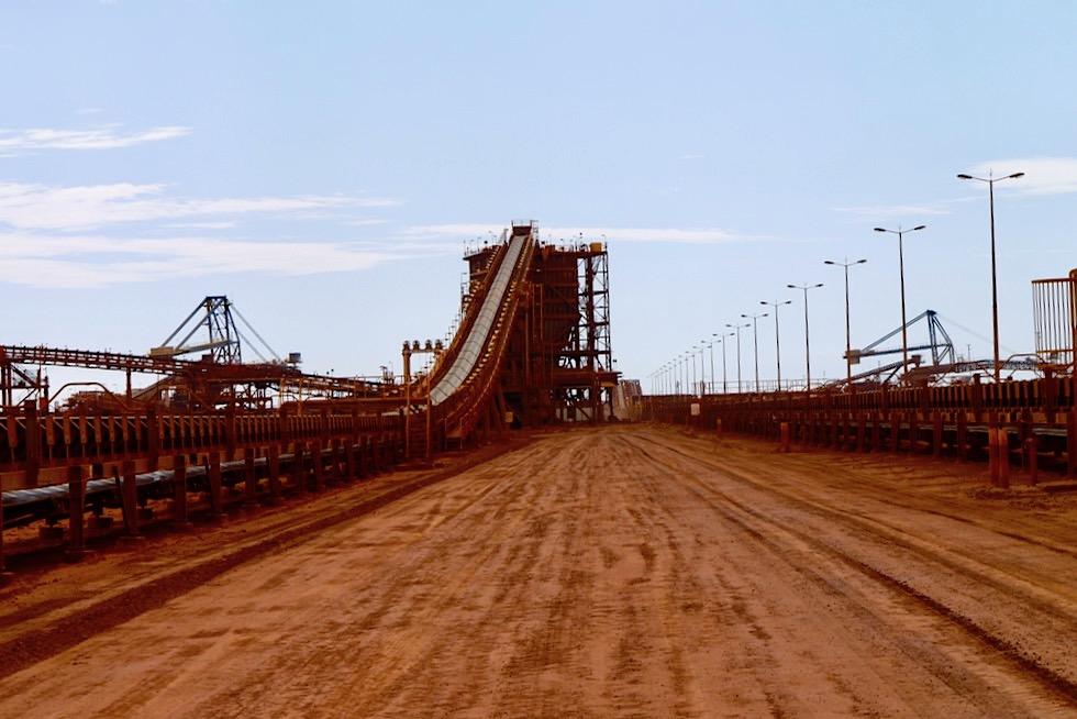 Port Hedland - Kilometerlange Förderbänder bringen das Eisenerz zu den Frachtschiffen - Fortescue Site - Pilbara - Western Australia