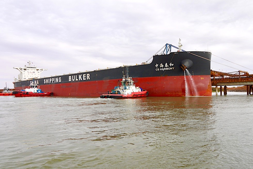 Port Hedland - Lotsenboote bringen Containerschiff an seinen Platz - Pilbara - Western Australia