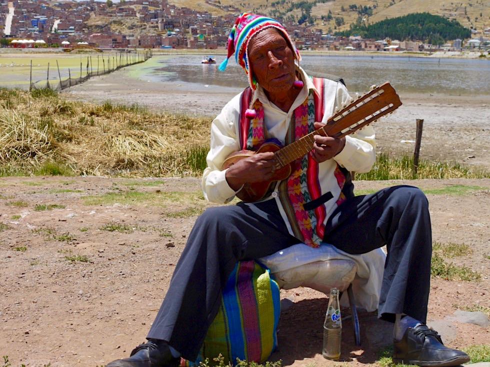Puno - Straßenmusikant versucht mit seiner Musik ein bisschen Geld zu verdienen - Titicaca See - Peru