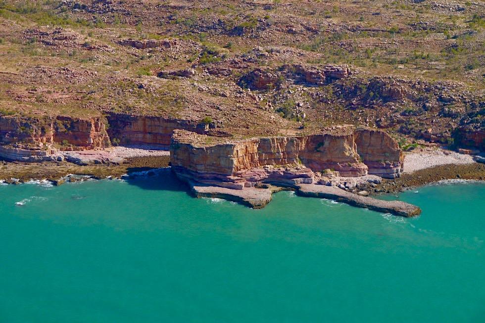 Timor See trifft auf schroffe Felsküste - Kimberley Outback aus der Vogelperspektive - Western Australia