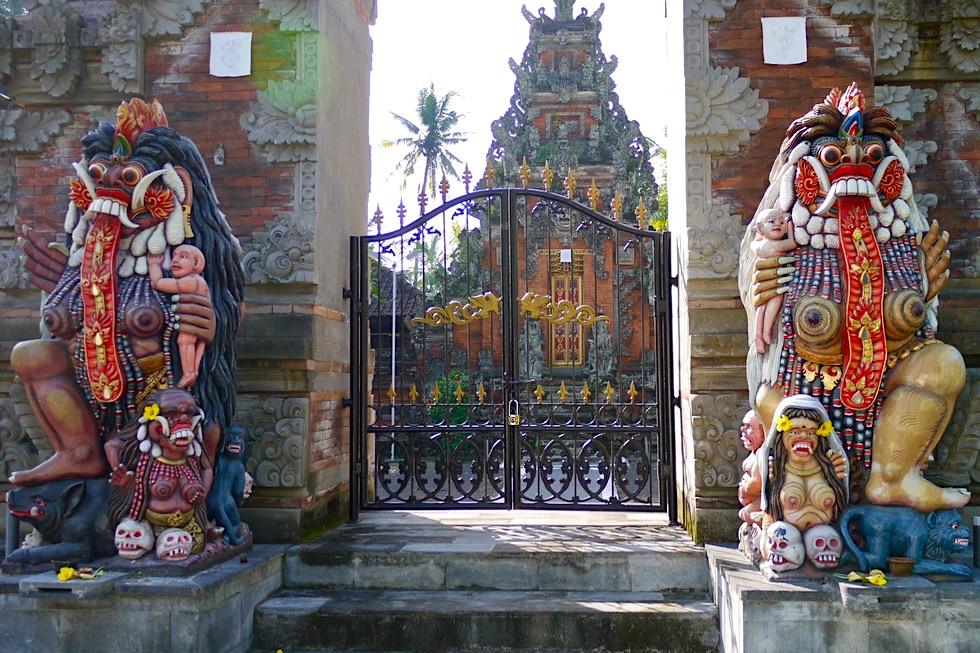 Unterwegs auf Bali: Tempeleingang mit bunten Dämonen - Indonesien