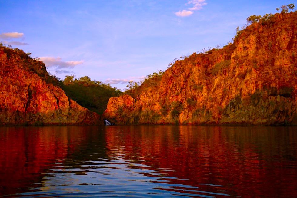 Edith Falls - Atemberaubend: Sonnenuntergang taucht Felsen in blutrotes Farbenkleid - Nitmiluk National Park - Northern Territory