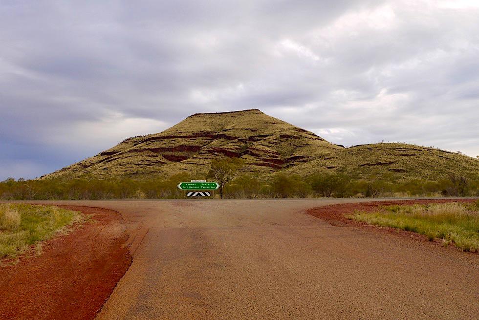 Karijini National Park - Abzweigung Westteil & Mount Bruce im Hintergrund - Pilbara, Western Australia