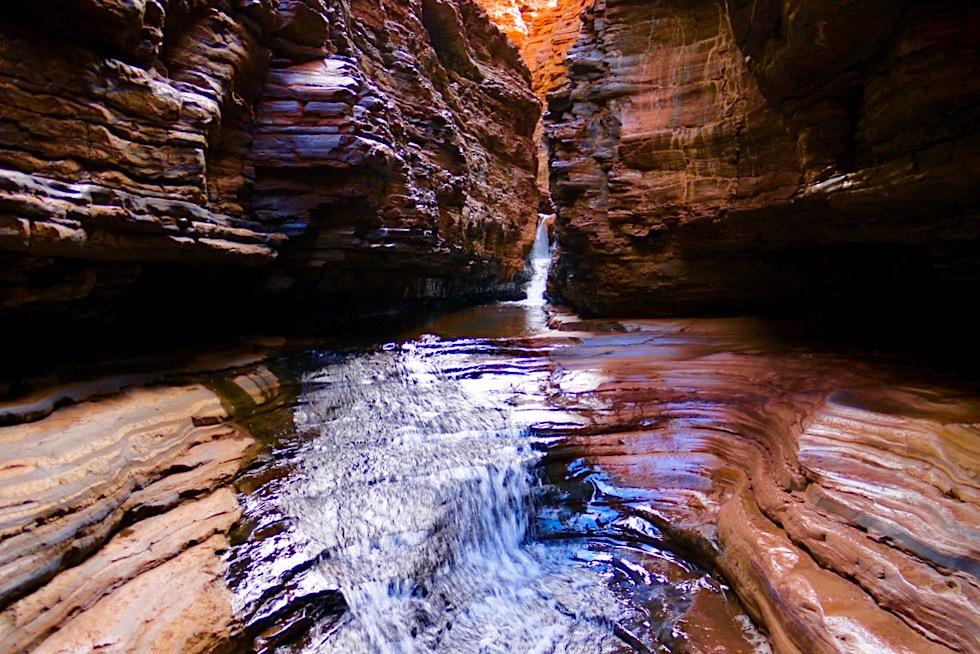 Karijini NP - Enge Felsschlucht führt zum Kermits Pool - Pilbara - Western Australia