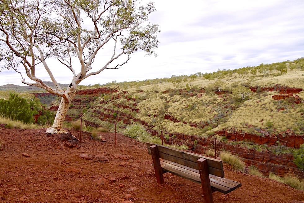 Karijini National Park - Schönes Plätzchen: Bank & Ausblick auf Dales Gorge - Pilbara - Western Australia