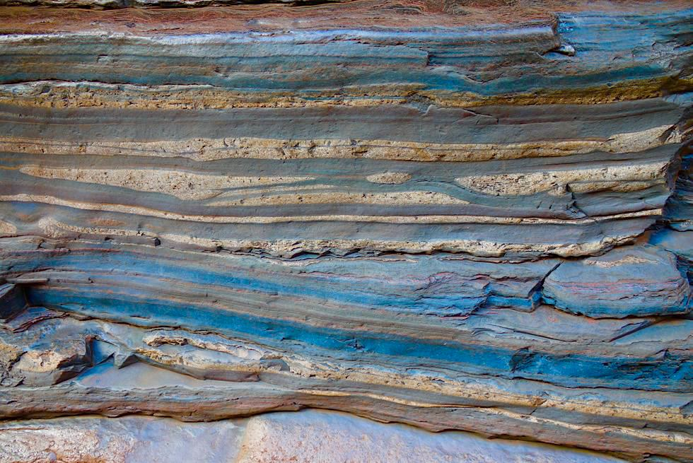 Karijini NP - Kermits Pool: Blau gestreifte Felsen - Pilbara - Western Australia