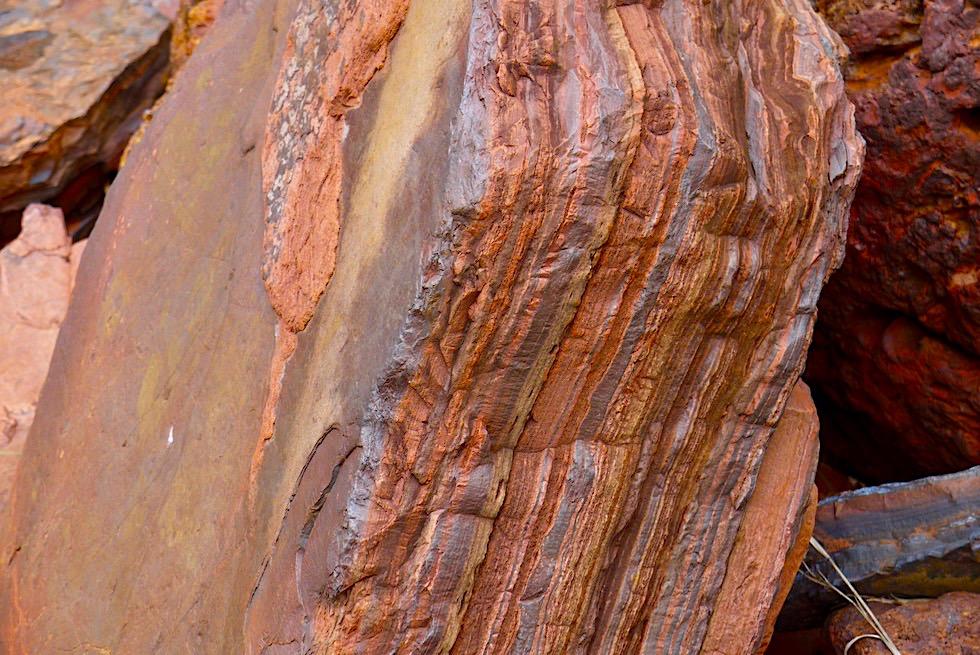 Karijini National Park Ostteil - Bunte Gesteinslagen bei der Dales Gorge Wanderung - Pilbara, Western Australia