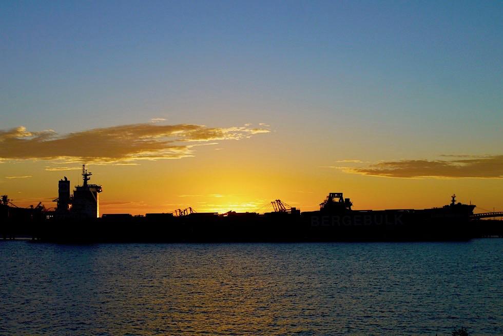 Port Hedland - Faszinierender Sonnenuntergang hinter dem Containerschiff - Pilbarra - Western Australia
