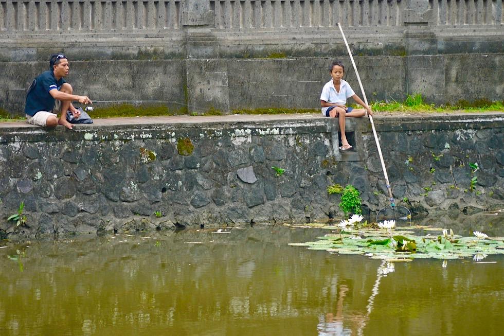 Pura Taman Ayun Mengwi - Fischer am Ufer der Tempelanlage - Bali