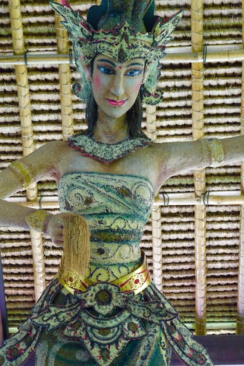 Pura Taman Ayun - Übergroß und in Reis gekleidet: Reis- & Fruchtbarkeitsgöttin Dewi Sri - Mengwi, Bali