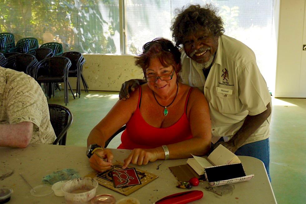 Top Didj - Aufmunternde Worte beim Malen von Aboriginal Motiven - Katherine - Northern Territory