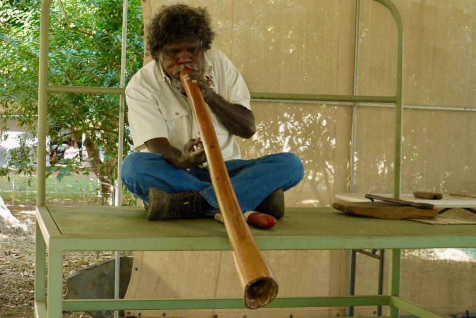 Top Didj & Aboriginal Kultur - Manuel spielt Didgeridoo - Katherine - Northern Territory