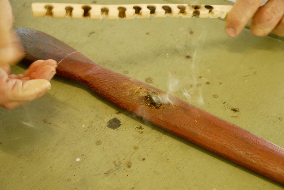 Top Didj Cultural Experience - Feuerbohren: Späne beginnen zu glimmen - Katherine - Northern Territory