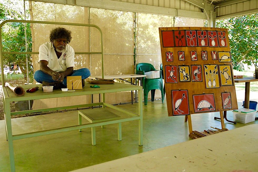 Top Didj: Manuel erklärt Malen mit Grashalmen - Katherine - Northern Territory