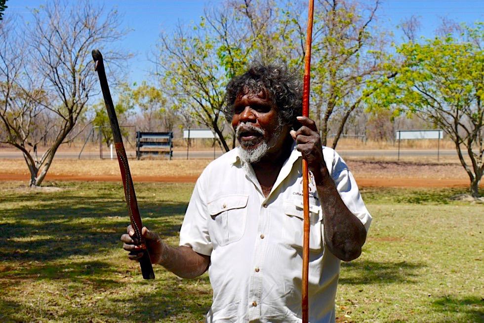 Top Didj & -Aboriginal Kultur - Manuel erklärt das Speer Werfen - Katherine - Northern Territory