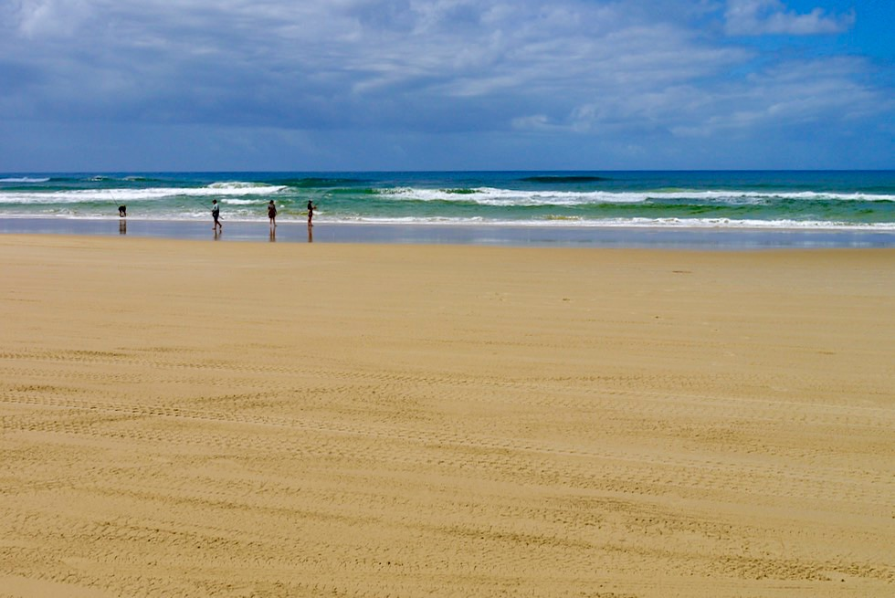 75 Mile Beach - Coloured Sands sind ein beliebter Angel Spot - Fraser Island - Queensland