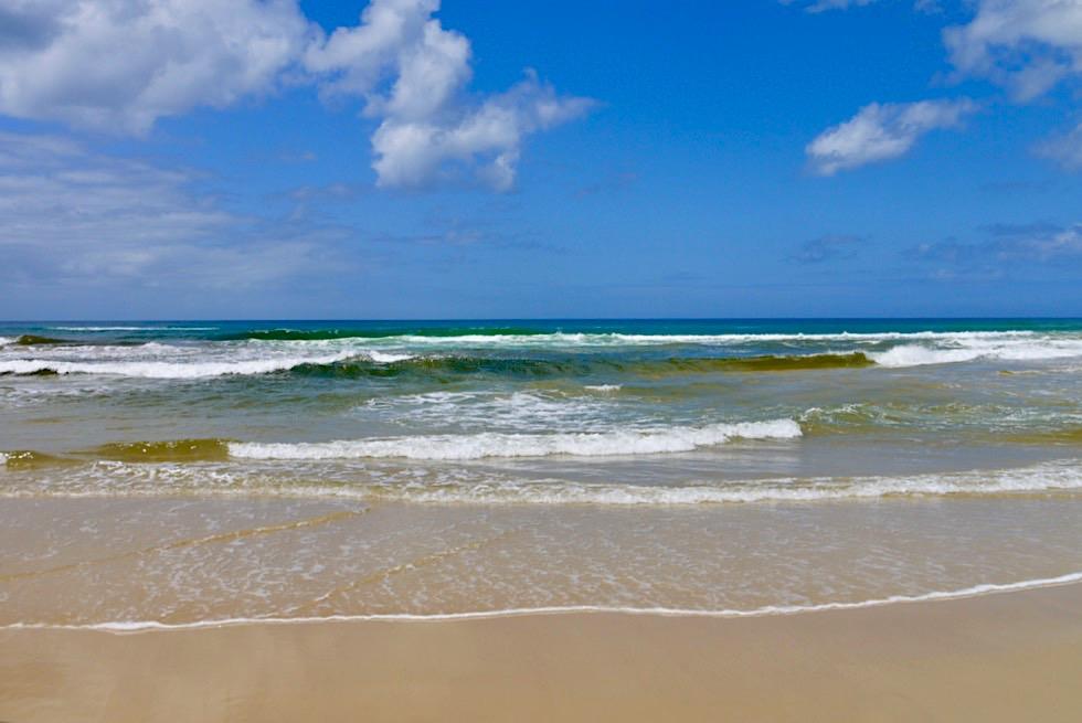 Faszinierende Farben: Wellen, Himmel, Sand am 75 Mile Beach im Westen von Fraser Island - Queensland