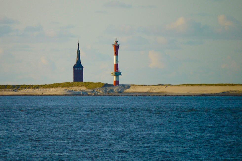 Blick auf Wangerooge von der Fähre - Wahrzeichen Westturm & neue Leuchtturm - Ostfriesische Inseln & Nationalpark Wattenmeer - Nordsee