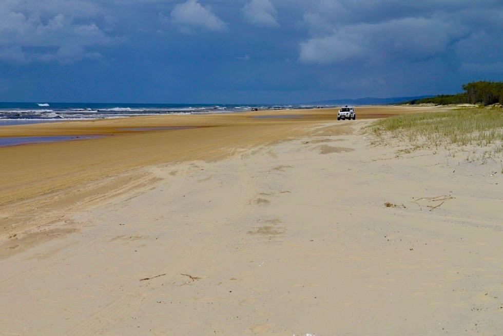 Fraser Island - Seventy Five Mile Beach & düstere Wolken-Stimmung - Great Sandy National Park - Queensland