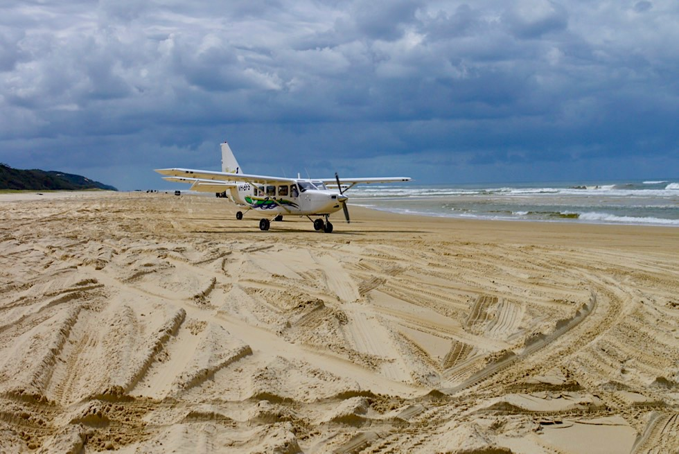Fraser Island - Mit dem Kleinflugzeug auf die Insel: Airstrip am 75 Mile Beach - Queensland