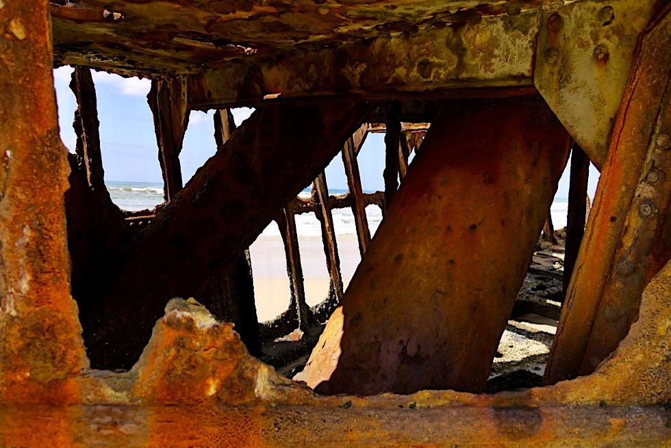 Maheno Schiffswrack - Blick durch das rostige Innere eines ehemaligen Luxusliners - Fraser Island - Queensland