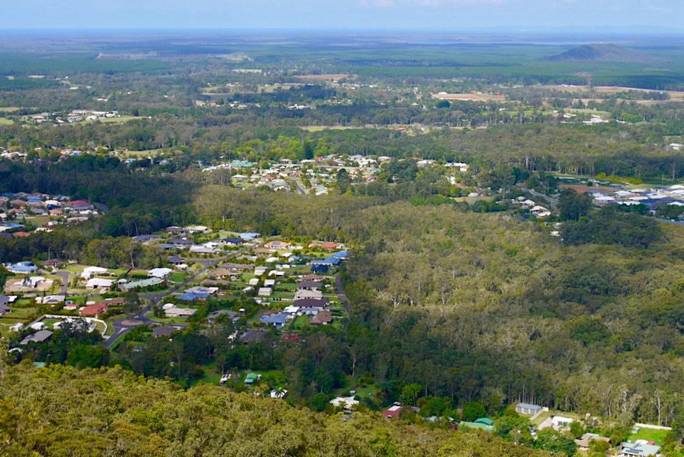 Mt Ngugun Gipfel - Ausblick auf den Ort Glass House Mountains & die Sunshine Coast - Queensland