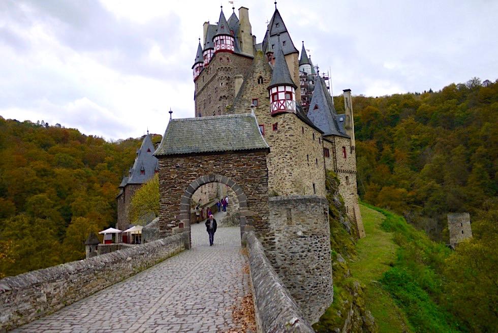 Burg Eltz - Eingang zur Märchenburg - Rheinland-Pfalz