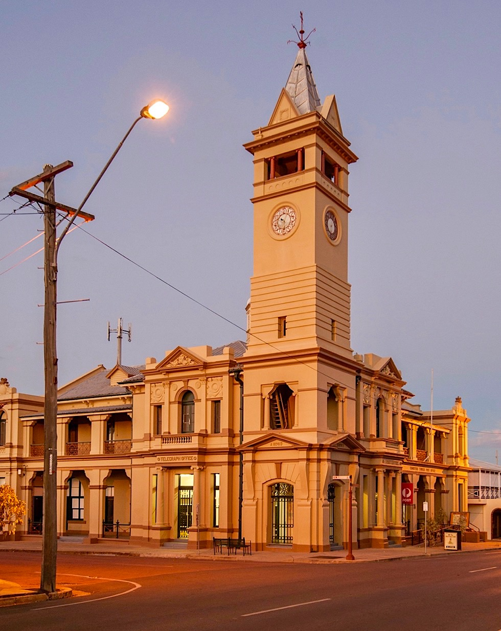 Charters Towers - Post Office am Abend - Queensland