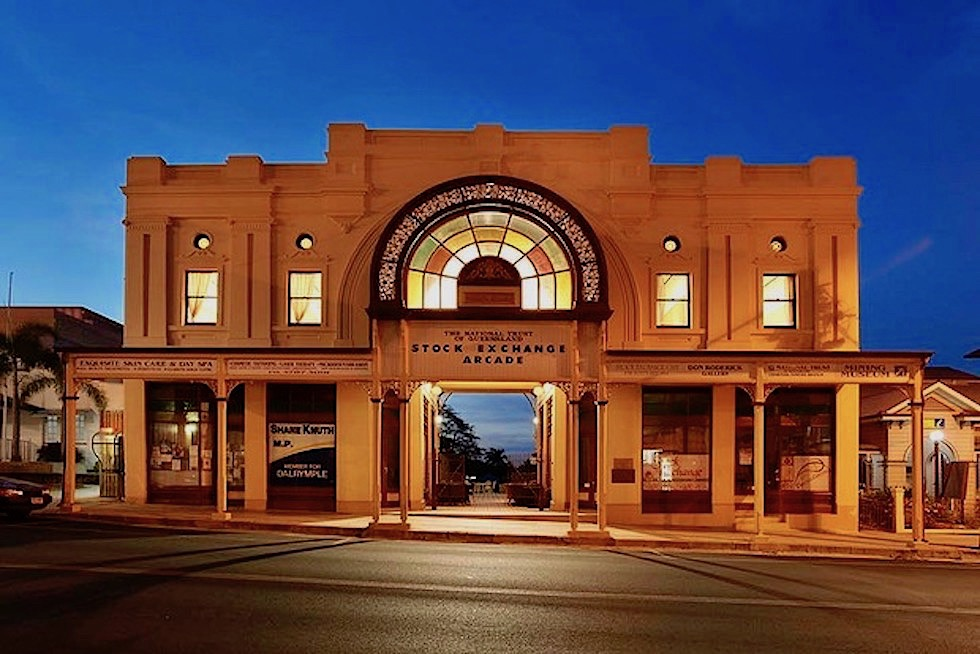 Charters Towers - Stock Exchange Arcade & Visitor Centre bei Nacht - Queensland