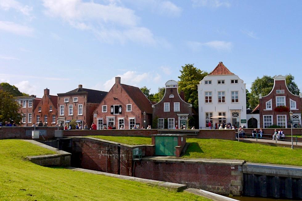 Greetsiel - Zauberschöne historische Häuserfront am Hafen - Krummhörn - Puppenstube von Ostfriesland