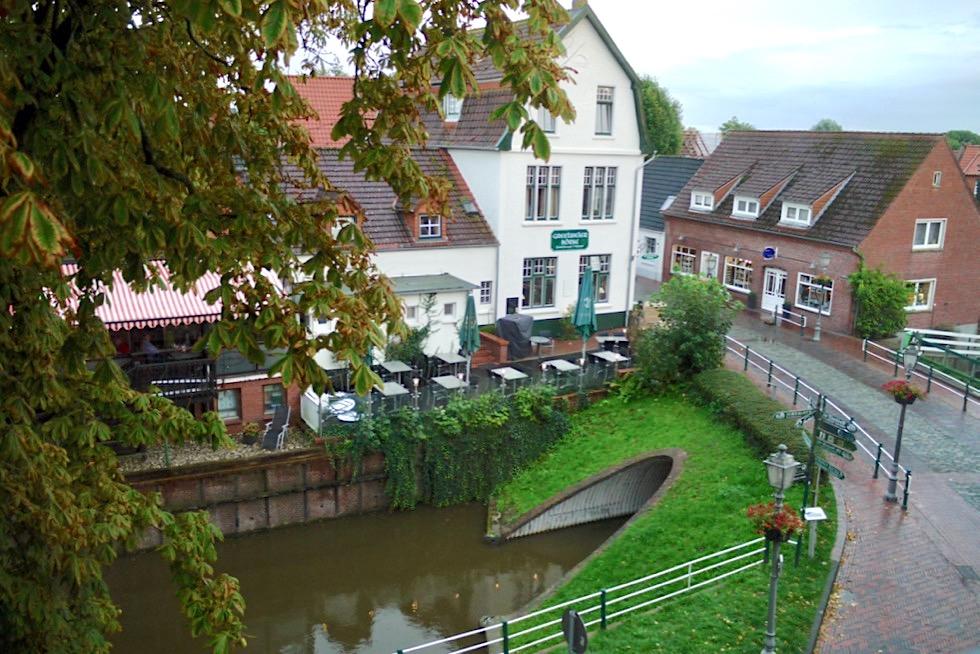 Greetsiel - Hotel Hohes Haus: Ausblick aus dem Zimmer auf das Alte Siel - Krummhörn - Ostfriesland