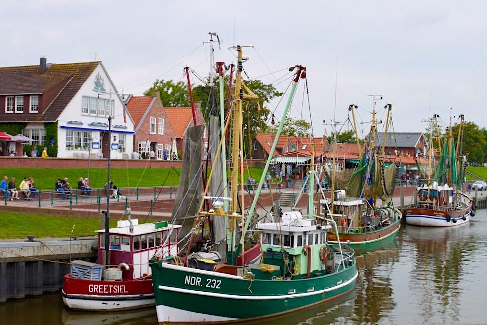 Greetsiel - Eine der Hauptattraktionen: Krabbenkutter im Hafen - Krummhörn - Ostfriesland