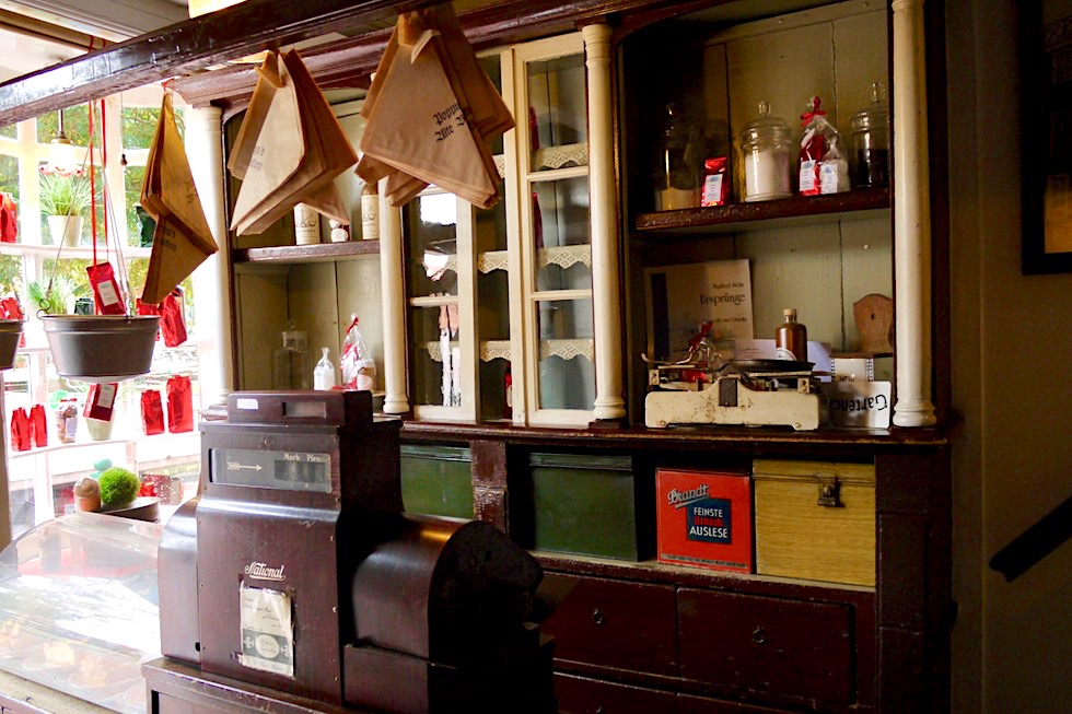 Greetsiel - Poppinga's Alte Bäckerei: Historische Ladentheke - Krummhörn - Ostfriesland