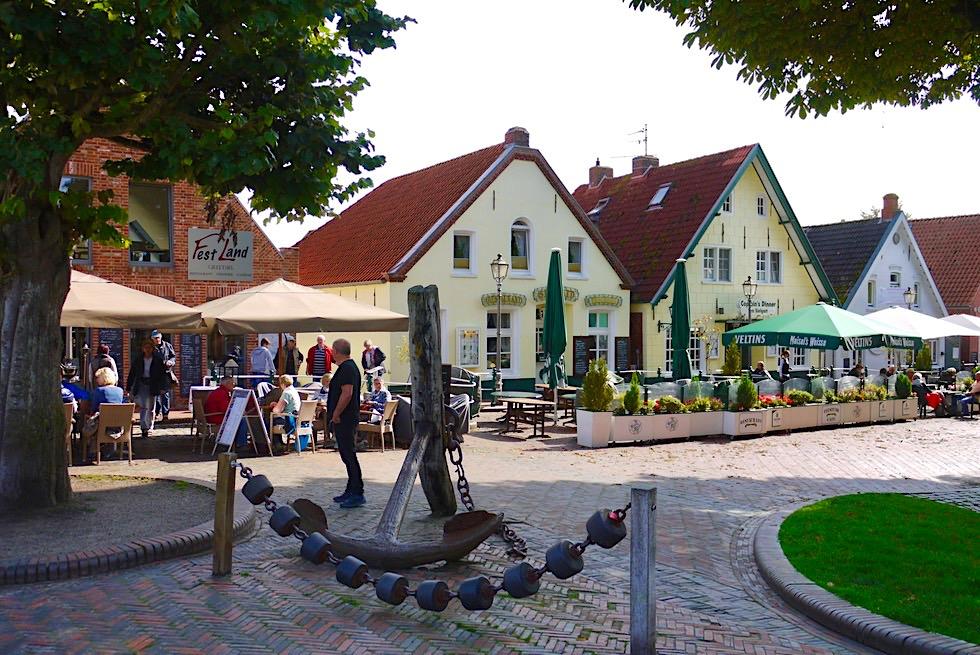 Greetsiel - Einladende Restaurant-Zeile am Hafen - Krummhörn - Ostfriesland