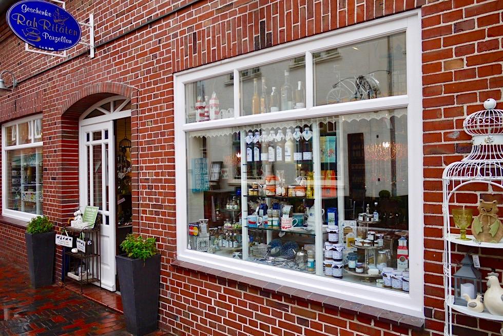 Greetsiel - Kleine Tee- & Geschenke-Läden säumen die Gassen - Krummhörn - Ostfriesland