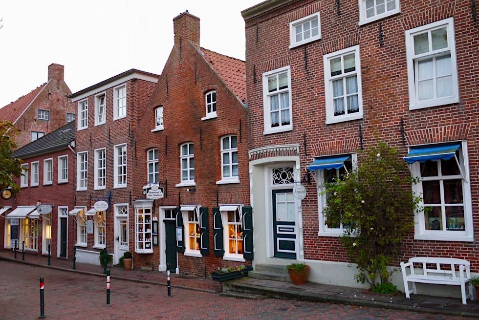 Greetsiel - Historische Häuserfronten mit kleinen Läden an der Sielstraße - Krummhörn - Ostfriesland