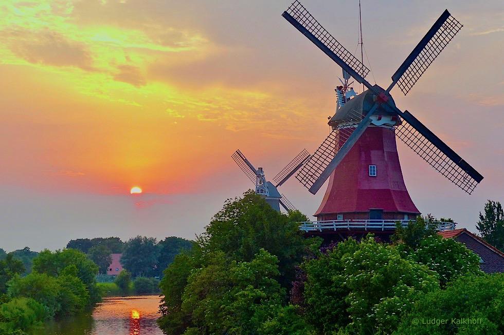 Greetsieler Zwillingsmühlen bei Sonnenuntergang - Krummhörn - Ostfriesland