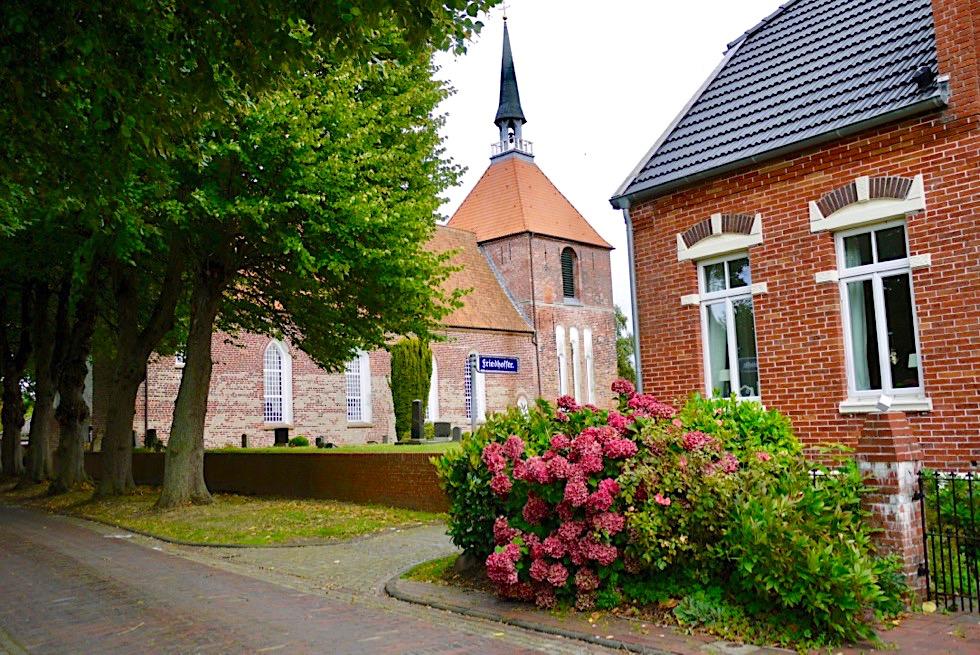 Rysum Warfendorf - Blick auf Kirche mit Friedhof - Krummhörn - Ostfriesland